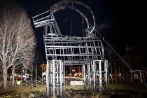 Koza vyrobená ze dřeva a slámy, která v předvánočním čase zdobí Gävle již od roku 1966, byla letos chráněna mimo jiné ostrahou a bezpečnostními kamerami.