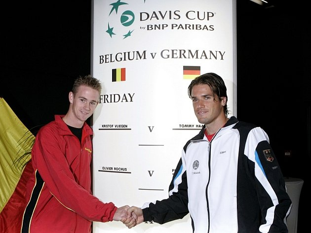 Belgičan Kristof Vliegen (vlevo) společně s Němcem Tommy Haasem během oficiálního představování čtvrtfinalistů Davis Cupu v belgickém Ostende.