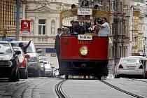 Jízdou kolony historických tramvají centrem Prahy a odhalením pomníčku si pražský Dopravní podnik připomněl 18. července výročí 120 let první elektrické dráhy.