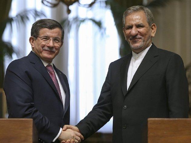 Davutoglu také vyjádřil přesvědčení, že po lednovém zrušení mezinárodních sankcí vůči Íránu mohou obě země zvýšit vzájemnou obchodní výměnu.