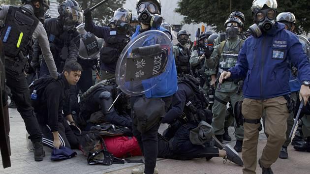 Policisté zatýkají prodemokratické demonstranty v Hongkongu na snímku z 1. prosince 2019
