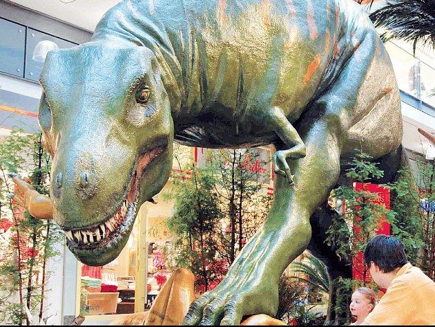 Tyranosaurus rex při obědovém dýchánku.