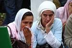 Truchlící ženy při každoročním vzpomínkovém obřadu připomínajícím masakr