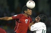Ararat Arakeljan hlavičkuje přes Portugalce Tiaga Mendéze během kvalifikačního zápasu na Euro 2008 v Jerevanu