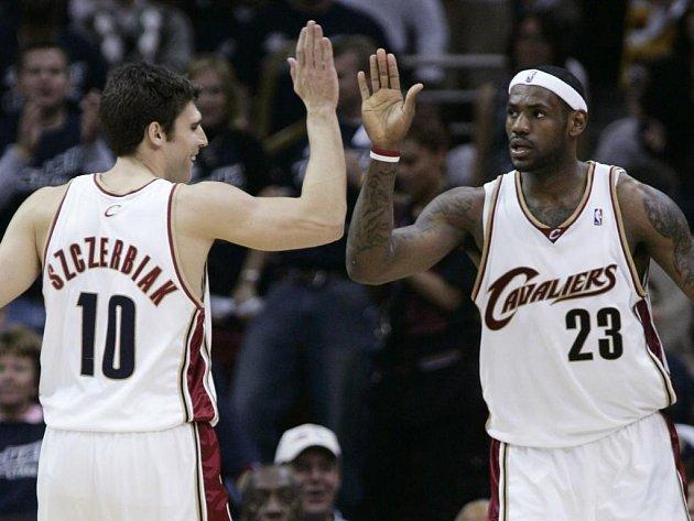 LeBron James (vpravo) slaví se spoluhráčem Wally Szczerbiakem.