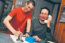 HALÓ, TADY VÍTĚZ SVĚTOVÉHO POHÁRU. Lukáš Bauer (vpravo) se může smát, úspěch přináší odměnu. A Martin Jakš (vlevo) není jeho sekretář, ale v budoucnu snad jeho následovník.