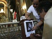 Yolanda Pulecio, matka šest let vězněné političky Ingrid Betancourtové (na plakátu), se na archivním snímku modlí za její brzké propuštění. Nyní 46letá Betancourtová je vážně nemocná.