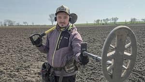 Reportáž z hledání artefaktů na archeologické lokalitě jižně od Brna. Tomáš Merta ze spolku Archeo Moravia.