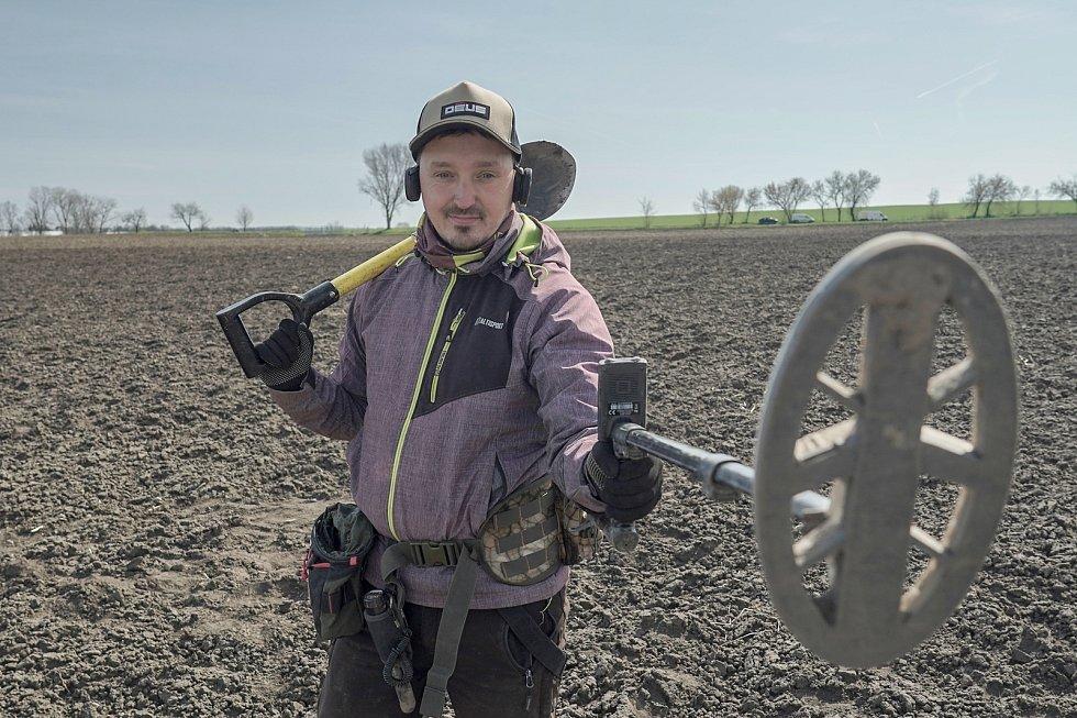 Detektorář Tomáš Merta z Brna při průzkumu archeologické lokality germánského a keltského sídliště na Brněnsku. Ujde s přístrojem i deset kilometrů. Spolupracuje s odborníky a nálezy odevzdává.