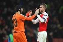 Dobrá práce! Petr Čech (vlevo) s Perem Mertesackerem slaví důležité vítězství Arsenalu v Lize mistrů. Jejích tým má pořád šanci na osmifinále.