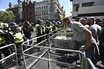 Policisté s protestujícími na demonstraci proti rasismu ve Whitehallu u náměstí Parliament Square v Londýně, 13. června 2020