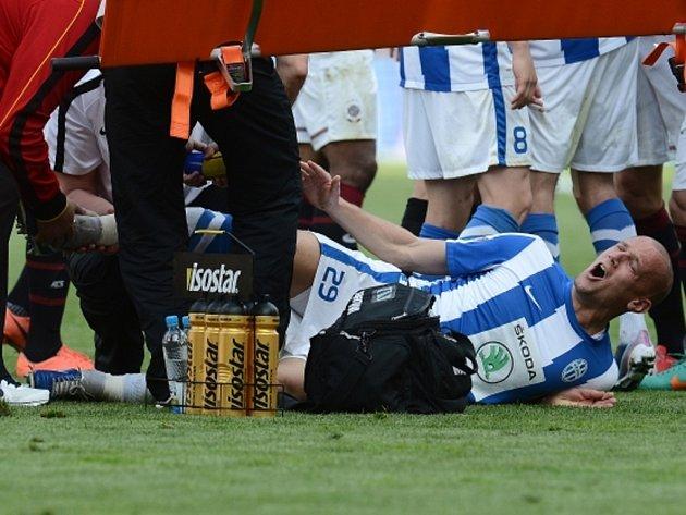 Léonard Kweuke ze Sparty zlomil nohu Radku Dosoudilovi z Mladé Boleslavi.