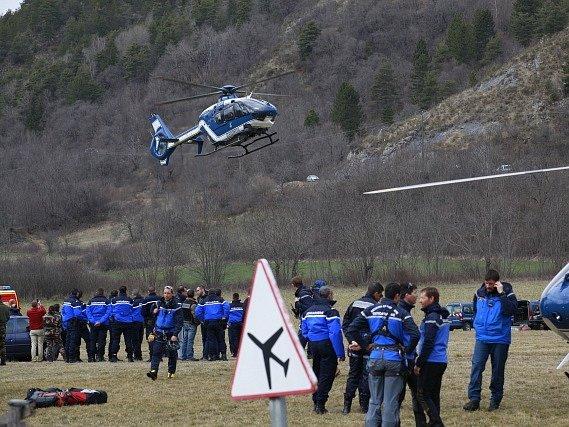 Tým záchranářů poblíž místa pádu letadla.