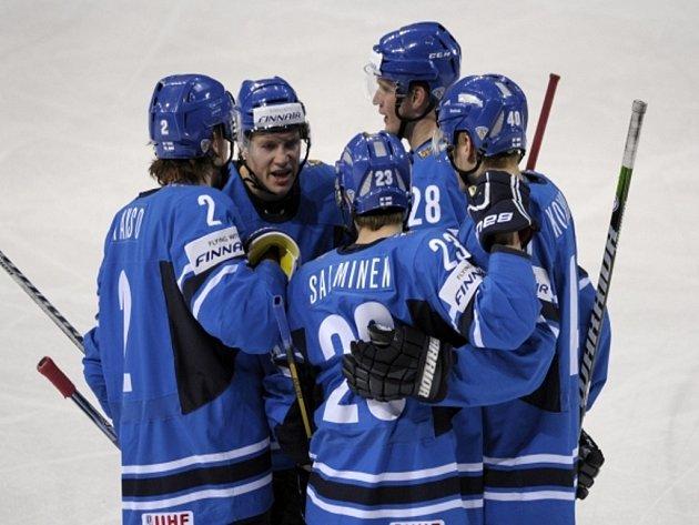 Hokejisté Finska se radují z gólu proti Lotyšsku.
