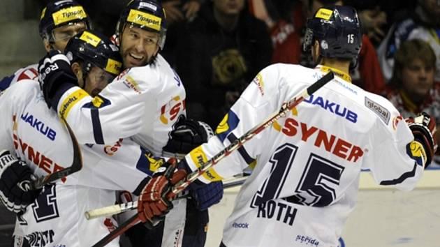 Hokejisté Liberce (zleva) Tomáš Klimenta, Jaroslav Kudrna, Petr Nedvěd a Vladimír Rothse radují z gólu.