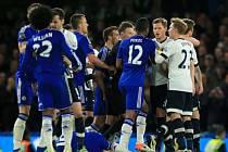 Strkanice mezi hráči Chelsea a Tottenhamu.