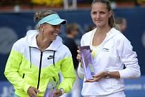 Karolína Plíšková (vpravo) ovládla turnaj v Praze. Ve finále porazila Lucii Hradeckou.