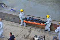 Vyzvedávání vraku výletní lodi, která se na Dunaji v Budapešti potopila s jihokorejskými turisty. Na snímku odnášejí záchranáři tělo jedné z obětí