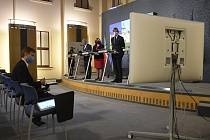Zleva (v pozadí) vicepremiér a ministr dopravy a průmyslu a obchodu Karel Havlíček, místopředsedkyně vlády a ministryně financí Alena Schillerová a ministr zdravotnictví Adam Vojtěch na tiskové konferenci po schůzi vlády 4. května 2020 v Praze