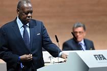 Ostře sledované volby šéfa FIFA: Issa Hayatou z Kamerunu vedl asociaci po trestu pro Seppa Blattera
