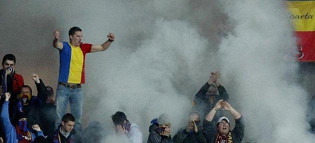 Sparťanští fanoušci s dýmovnicemi.