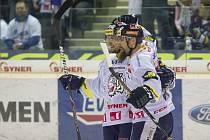 Hokejisté Liberce (zleva) Jan Víšek a Jan Výtisk se radují z gólu proti Vítkovicím.