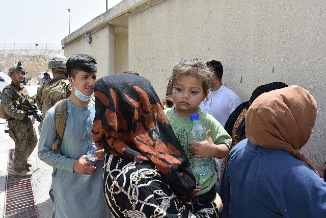 Afghánské rodiny před letištěm v Kábulu.