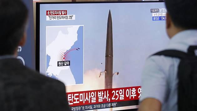 Lidé sledují v televizi v Soulu start severokorejské balistické rakety krátkého doletu. Ilustrační snímek