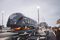 "Elektrická jednotka ""Sirius"" od CRRC pro Leo Express po vykládce z lodi v Brémách."