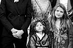 Topmodelka Tereza Maxová s manželem Burakem Öymenem a svými dětmi Tobiasem (vlevo), Mínou a Aidenem (uprostřed).