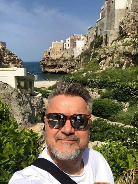 """""""Itálii mám moc rád….. kávy, jídlo, vína, Vespy, a stará ospalá městečka,"""" svěřuje se Miloš Pokorný"""