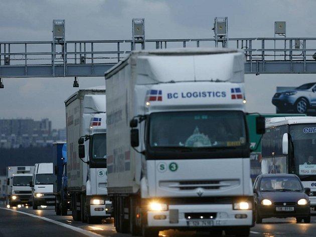 Řidičům kamionů, kteří se snaží vyhnout placení mýta, hrozí pokuta až půl milionu korun.