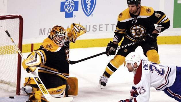 Montrealský útočník Christopher Higgins střílí jeden ze svých dvou gólů v utkání s Bostonem. Na výhru Canadiens to ale nestačilo, Boston zvítězil 5:4.