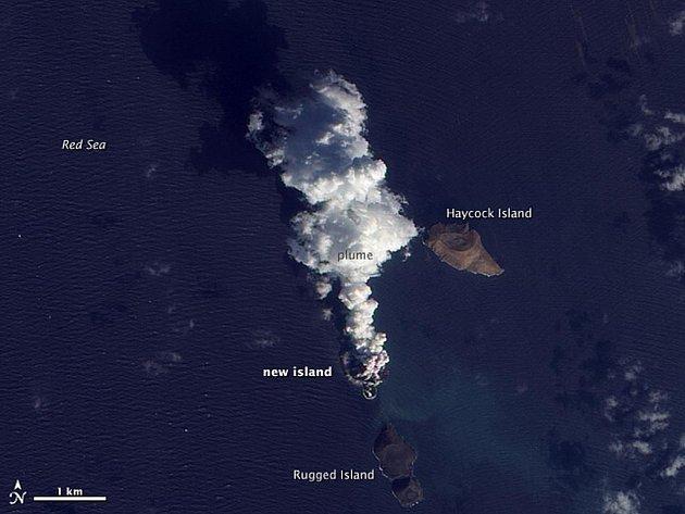 V Rudém moři u jemenského pobřeží vznikl díky podmořskému sopečnému výbuchu nový ostrov. Vyplývá to ze snímků, které pořídil americký Národní úřad pro letectví a vesmír (NASA).