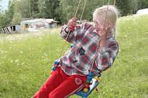 Perla Mlčochová, o jejíž život měli na základě vyhlášeného pátrání mnozí lidé strach, je zpět v chatrči v lesích u Malče.  Vesele si hraje a nevypadá, že by ji něco trápilo.