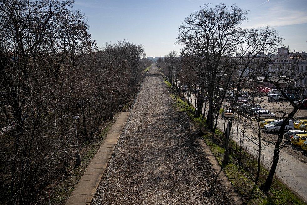 Teď už jen hromada kamení bez kolejí. Dříve zde zastavovaly osobní vlaky ve směru Praha-Benešov. Od 13. prosince loňského roku zde již žádná vlak nezastaví.