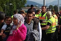 Na 5400 uprchlíků přišlo v úterý z Maďarska do Rakouska. To je zhruba polovina počtu běženců, kteří na rakouské území vstoupili v pondělí.