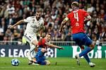 Real Madrid – FC Viktoria Plzeň. Francouzský útočník Karim Benzema uniká plzeňské obraně.