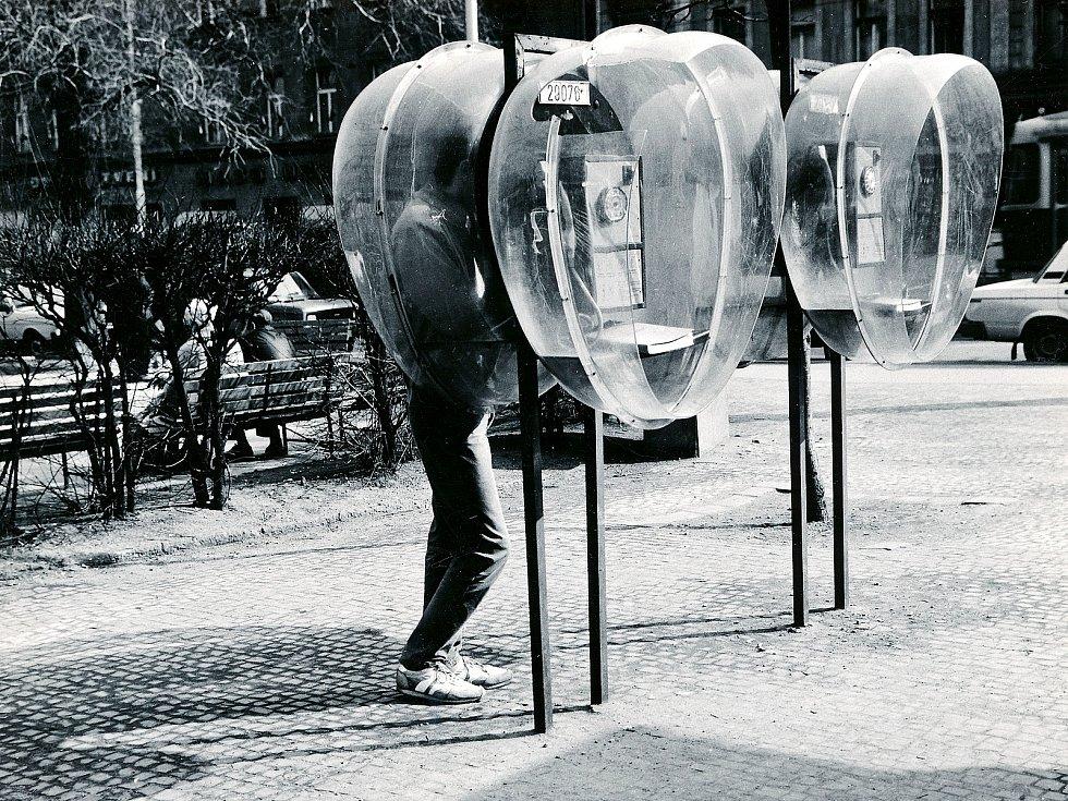 Plexisklové telefonní polokabiny (tzv. mušle) vPraze, 1987