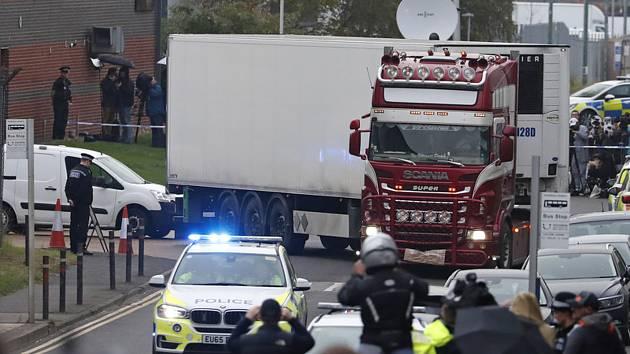 Policie eskortuje kamion, ve kterém bylo v hrabství Essex na jihovýchodě Anglie nalezeno 39 mrtvých těl (snímek z 23. října 2019).