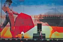 PODÍVANÁ. Carmen v inscenaci společnosti Art Concerts stojí především na velkoryse pojaté výpravě.