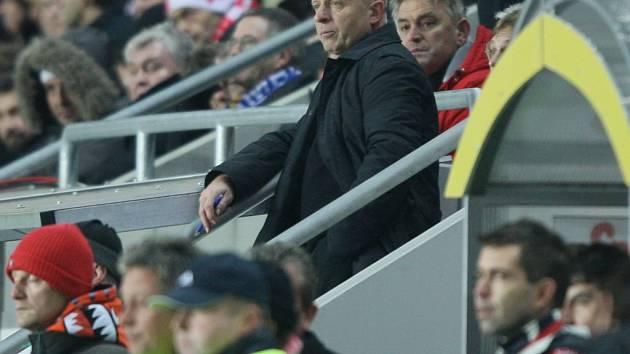 Kouč Jarolím sledoval větší část utkání s Hamburkem v hledišti, kam byl vykázán.