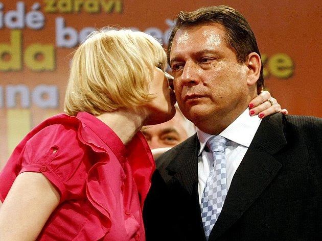 Předseda strany ČSSD Jiří Paroubek na tiskové konferenci 29. května po skončení voleb do Sněmovny, kdy ohlásil rezignaci na post předsedy strany. Na snímku s manželkou Petrou.