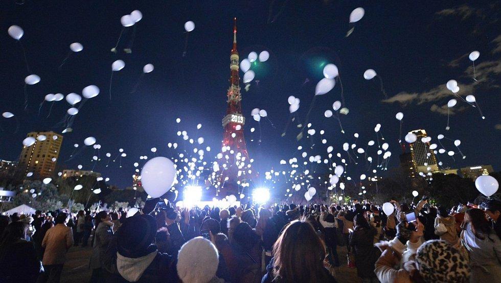 Zatímco v předchozích letech byly v době novoročních oslav prostory v okolí Tokyo Tower zaplněné…