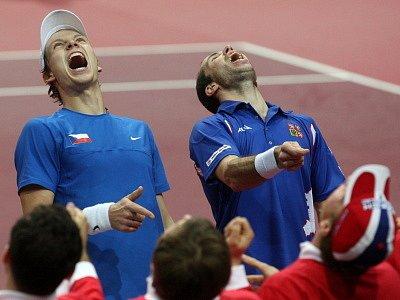 Čeští tenisté vyhráli klíčovou čtyřhru v Ostravě a jsou jediný krok od postupu do 2. kola Davisova poháru. Tomáš Berdych s Radkem Štěpánkem po svém nejlepším společném výkonu porazili Francouze Michaela Llodru s Richardem Gasquetem.