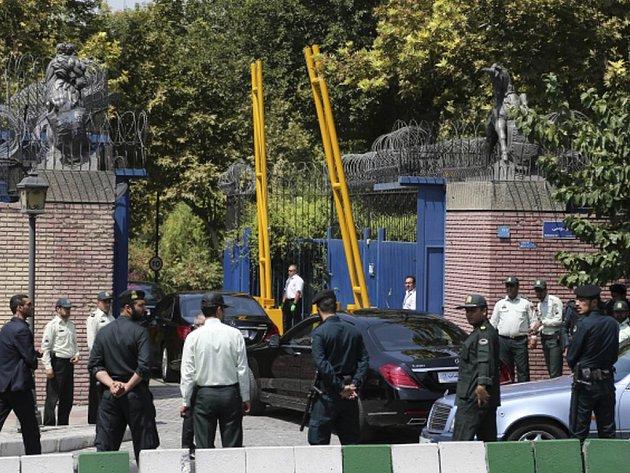 Britský ministr zahraničí Philip Hammond dnes v Teheránu po čtyřech letech opět otevřel britskou ambasádu.