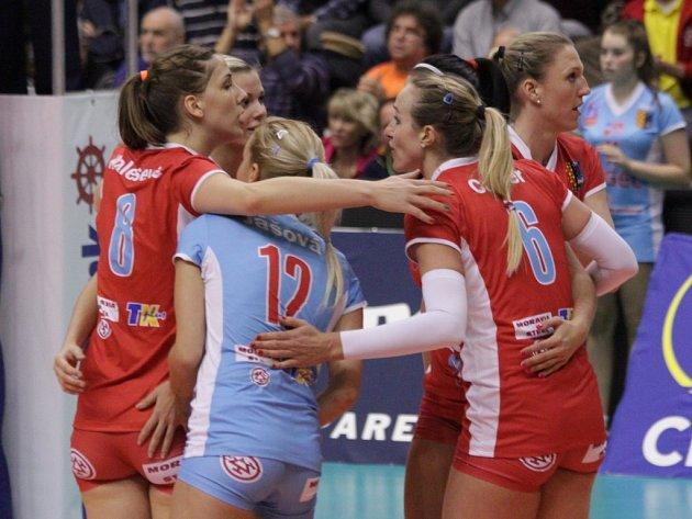 Volejbalistky Prostějova se radují z vyhraného setu proti Schwerinu.