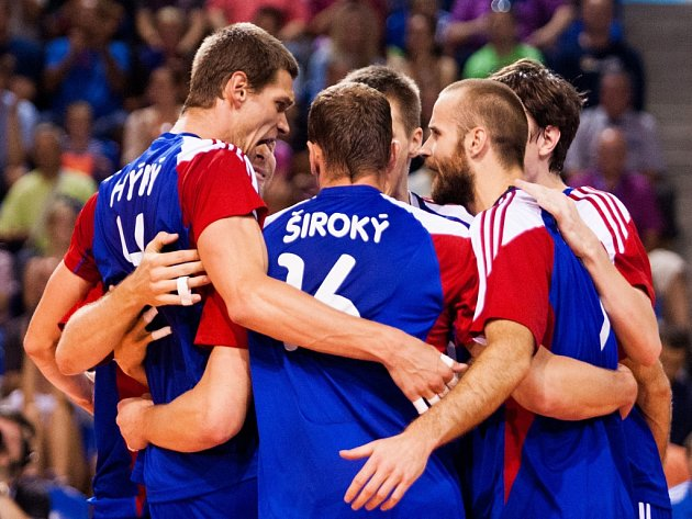 Čeští volejbalisté se radují z úspěšné akce v zápase Evropské ligy.