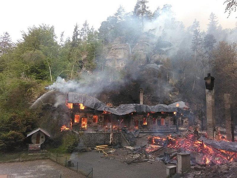 V národním parku České Švýcarsko shořely dvě památkově chráněné chaty