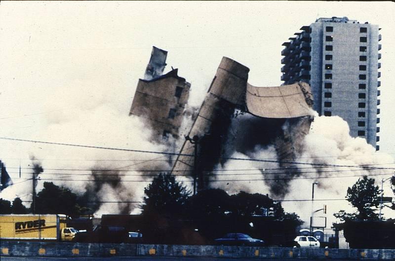 Demolice federální budovy, kterou částečně zničil výbuch bomby v roce 1995. Teroristu McVeigha, který čin spáchal, popravili šest let po útoku. Na místě objektu je nyní památník.